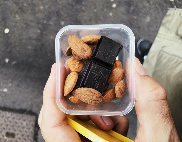 Des amandes et du chocolat noir = goûter sain et qui apporte l'essentiel pour avoir de l'énergie