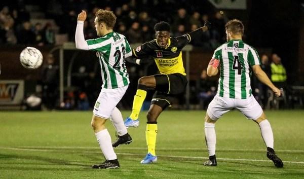 Achilles Veen verweert zich dapper, maar ligt uit de KNVB-beker: 0-2 voor Roda JC [update]