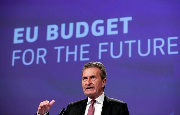 Commissaris Oettinger die over de begroting gaat.