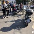 Marciapiedi, chi dovrebbe usarli: persone, bici, motorini, auto e monopattini?