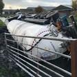 Tankwagen met mais belandt in sloot bij Woubrugge
