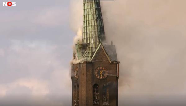 Torenspits in Hoogmade ingestort bij grote kerkbrand