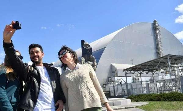 Çernobil nükleer reaktörünün önünde turistlerin selfie keyfi (!)
