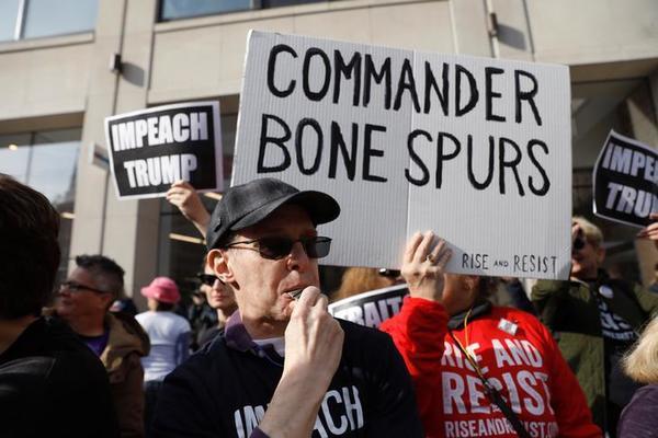 Demonstranten in New York protesteren tegen de komst van Trump op Veterans Day (foto: Reuters)
