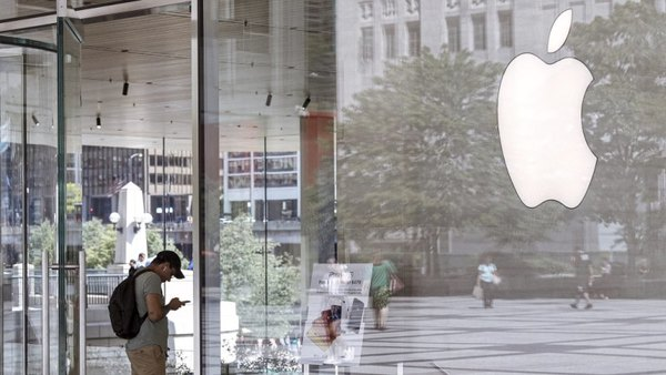 Apple employee texted himself an intimate photo from customer's phone