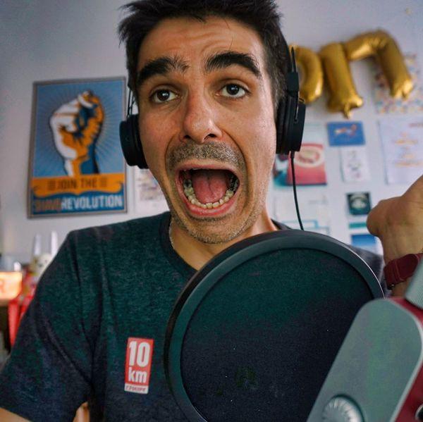 Comment je suis derrière le micro quand j'enregistre le podcast et comment vous pensez que je suis.
