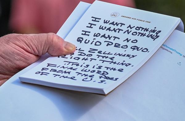 Trumps aantekeningen als hij de pers te woord staat (foto: Reuters)