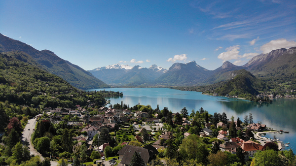 The beautiful Lake Annecy in France