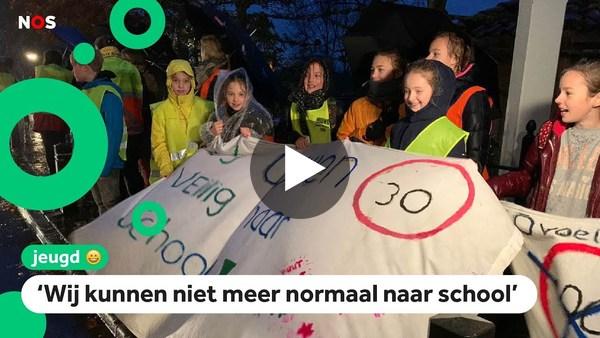 NOS Jeugdjournaal: Kinderen in Rijnsaterwoude zijn de auto's die door hun dorp rijden helemaal zat. (video)