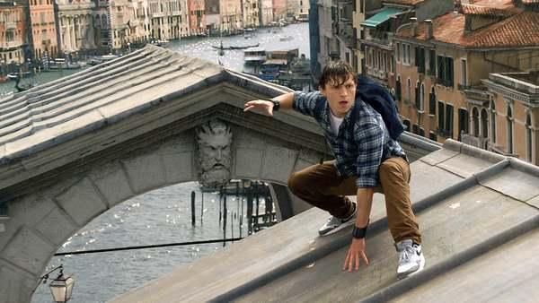 Spider-Man gered door dronken telefoontje van Tom Holland - WANT