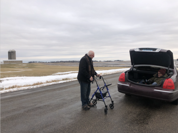 Filmen in Iowa voor Nieuwsuur. Links de Democratische kiezer Jack Witchelo en in de achterbak cameraman Remco Bikkers (foto: Arjen van der Horst)