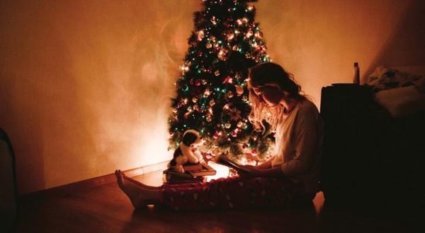En Islande, c'est une tradition de s'offrir des livres à Noël et de passer les fêtes à les lire sous l'arbre - Curioctopus.fr