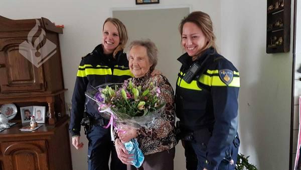 Bloemen voor stoere dame die hielp verdachten aan te houden