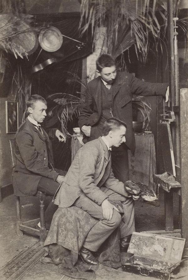 Een jonge Simon Moulijn met palet, links zittend Pieter de Moor, staand Derk Wiggers