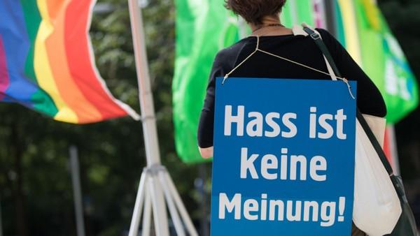 Hatespeech im Netz: Frauen bleiben im NetzDG unbeachtet - Politik - SZ.de