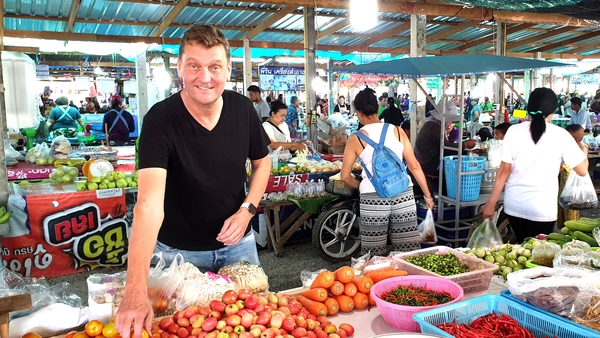 Onno Stienen auf dem thailändischen Markt.