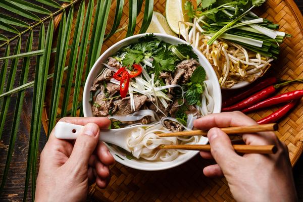 Noedelsoep: met chopsticks en lepel!