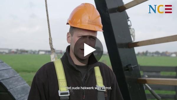Leerling molenmaker Jannick van Verbij laat zien wat zijn werk inhoudt. (video)