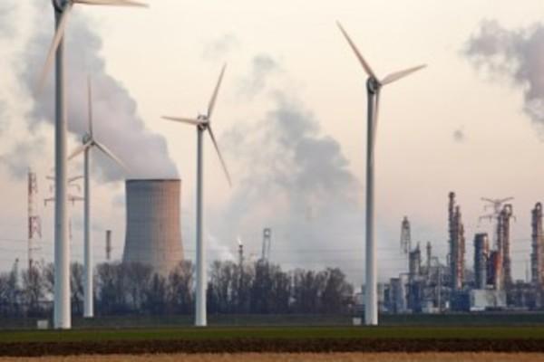 De energiemix van kernenergie en windmolens bij Doel (België)