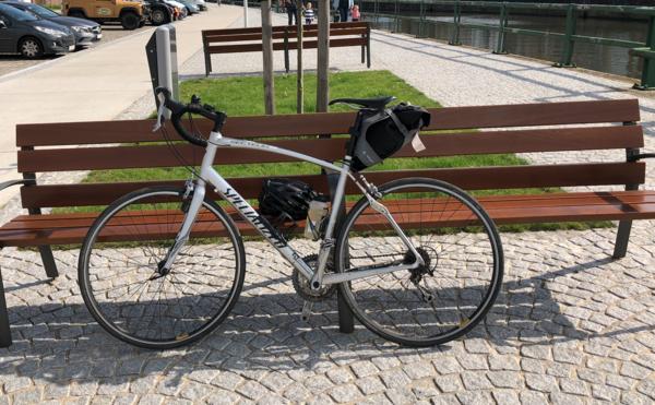 Mijn koersfiets in zonniger tijden ergens in Oudenaarde. Veel meer dan de 1000km rijden doe ik er niet mee, maar het is een kranig baasje.