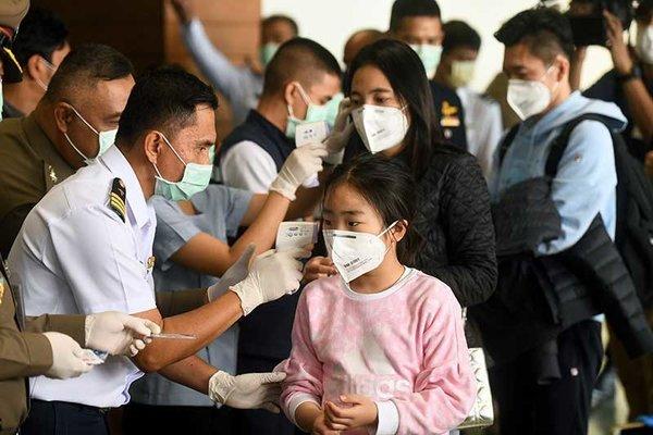 Reizigers uit China worden op een Thaise luchthaven op griep gecontroleerd.