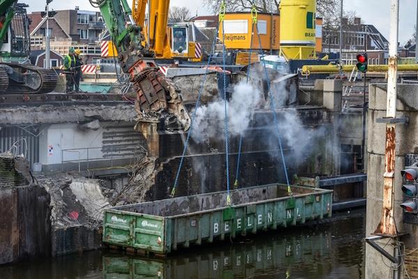 De sluizen van Zaandam: een reuzenhappende vermorzelaarmachine | De Orkaan