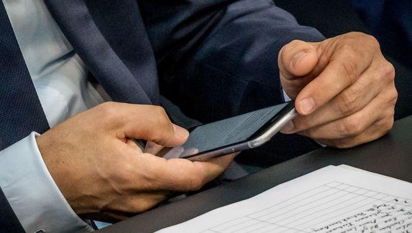 Handys in der Politik - Alles muss strahlen - DER SPIEGEL - Kultur