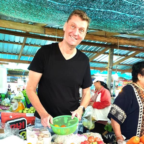 Onno auf dem Markt in Hua Hin, Thailand.