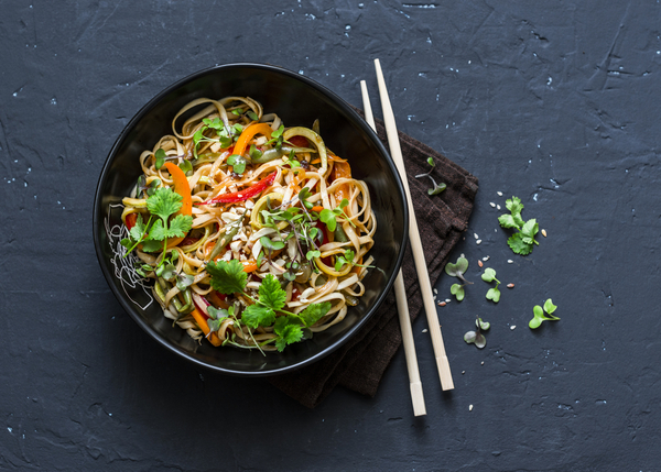 Vegetarische Udon noedels met groente.