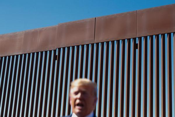 Trump bij de grensmuur in Californië (foto: Reuters)