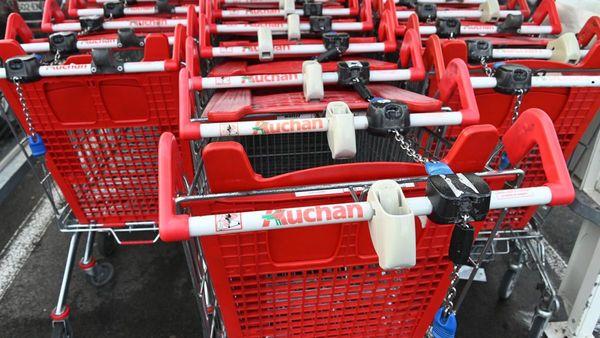 Chez Auchan, on constate un afflux de clients qui font des stocks de nourriture - Auchan merkt toevloed aan klanten die voedsel hamsteren