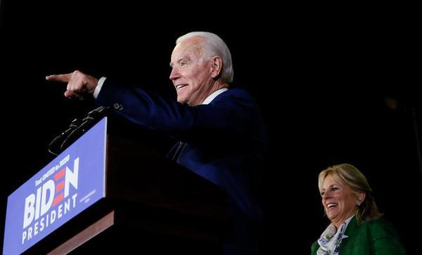 Joe Biden viert de overwinning op Super Tuesday (foto: Reuters)