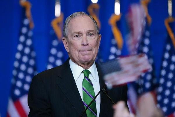 Mike Bloomberg maakt bekend dat hij zich terugtrekt uit de race (foto: Reuters)