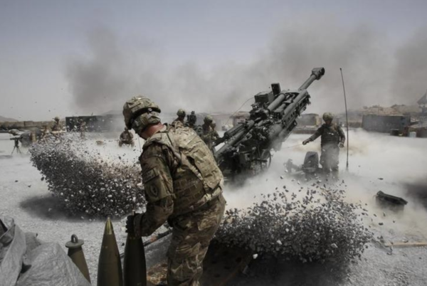 Amerikaanse militairen schieten op Taliban-stellingen in Kandahar (foto: Reuters)