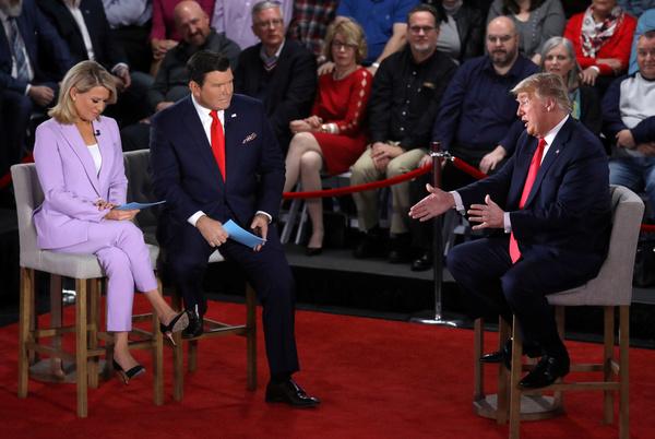 Trump beantwoordt tijdens een 'townhall' debat van Fox News vragen over de aanpak van het coronavirus (foto: Reuters)