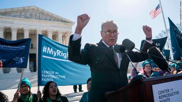 Chuck Schumer bij een pro-choice demonstratie voor het Hooggerechtshof