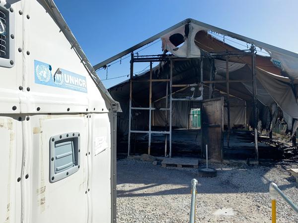 Afgebrand deel van kamp op Lesbos - Foto Sander van Hoorn