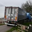 Vrachtwagen is vast komen te zitten op de Poeldijk