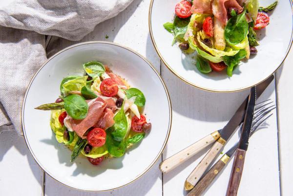 Salade van geconfijte asperges met serranoham