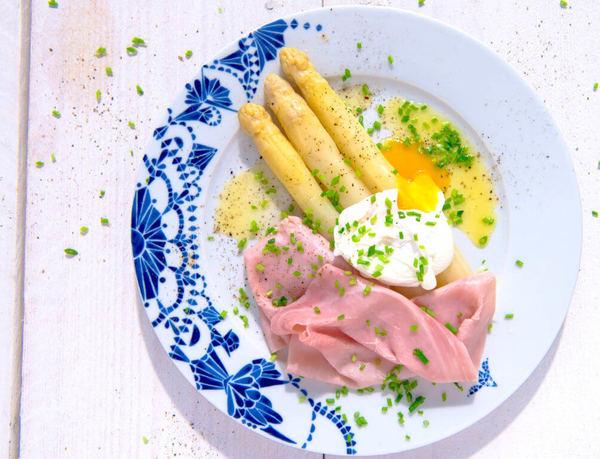Gekookte asperges met ham en gepocheerd ei