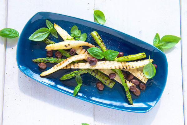 Gegrilde asperges met olijven en basilicum