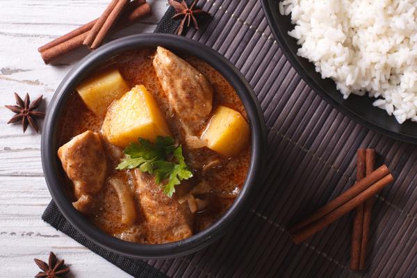 Thailändischer Massman-Curry mit Huhn.