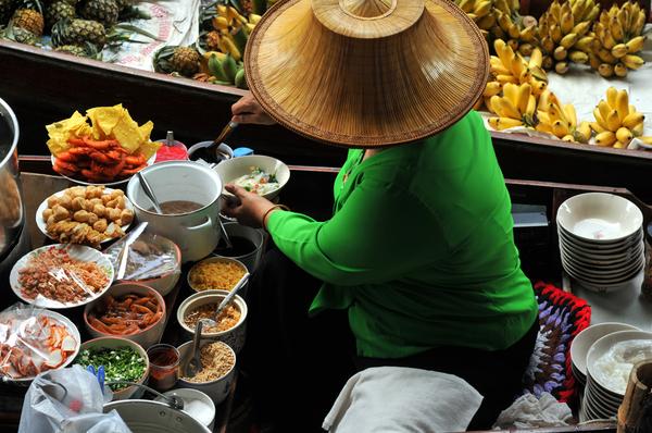 Die Thailänder sind sehr beschäftigt mit dem Essen.