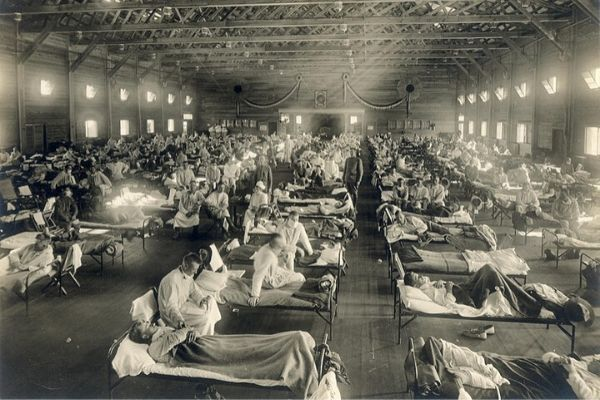 Beds with patients in an emergency hospital in Camp Funston, Kansas (USA), in the midst of the Spanish influenza epidemic. The flu struck while America was at war, and was transported across the Atlantic on troop ships. 📷 National Museum of Health and Medicine - 1918