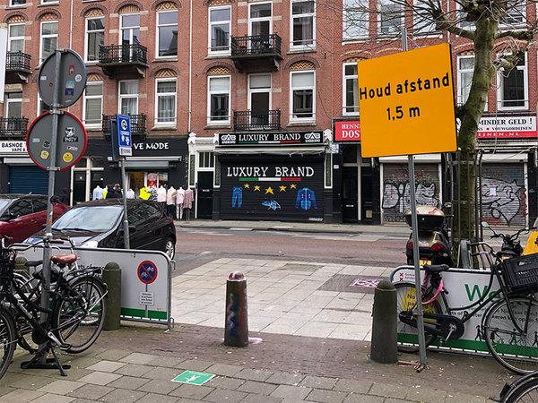De Albert Cuypmarkt in Amsterdam. Dat bord gaat u vast terugzien in een museum.