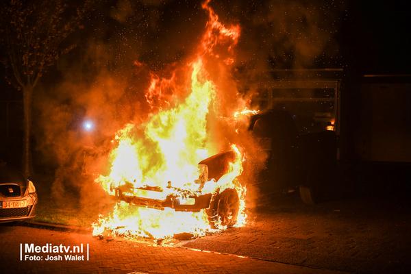 Auto gaat in vlammen op, politie sluit brandstichting niet uit
