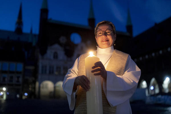 Lübecks Pröpstin Petra Kallies hält die Osterkerze - Christen feiern heute das Fest der Auferstehung.