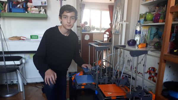 """""""L'hôpital juste à côté demandait 250 masques alors j'ai pris la commande"""" : Roméo, 14 ans, fabrique des masques chez lui"""