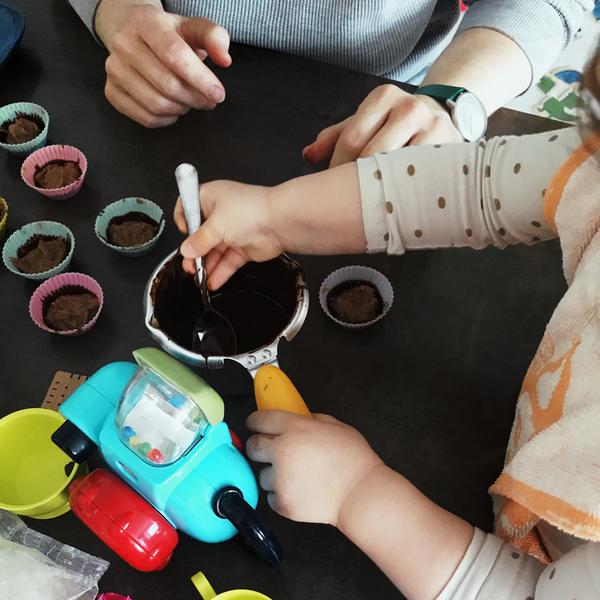 Qui dit Pâques dit chocolat ! On a préparé une chasse aux oeufs confinée en famille.