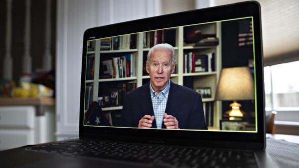 Joe Biden vanuit zijn geïmproviseerde studio in de kelder van zijn huis